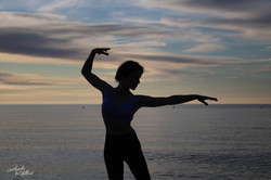 contre jour photo d'une silhouette qui danse