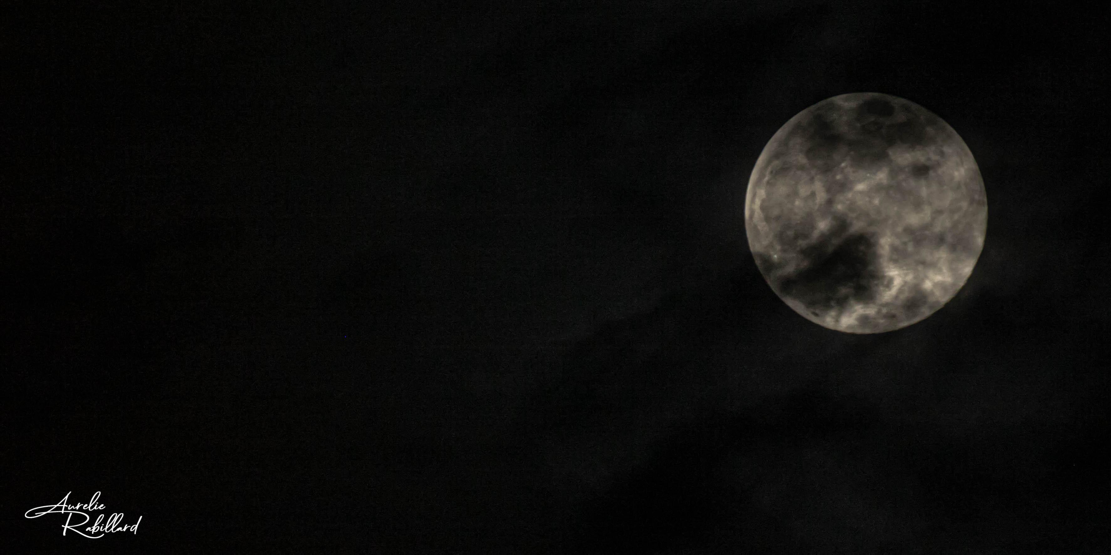 lune photographie en noir et blanc aurelie rabillard graphiste dans l'édition photgraphe