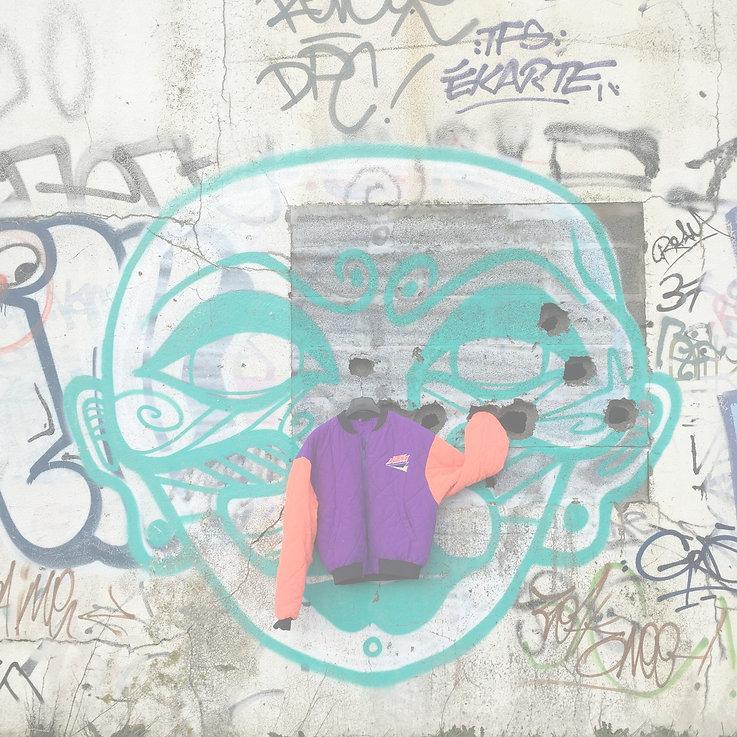 Veste style bomber orange et violet sur un mur avec des graffitis