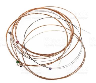 Existem diferentes tipos de cordas para violão ou guitarra com resultados bem diferentes