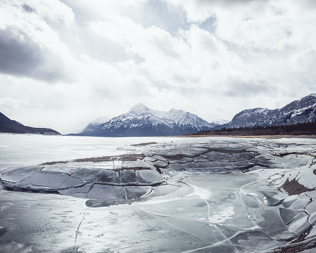 abraham lake alberta frozen winter