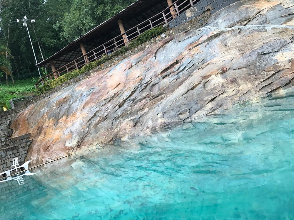 A piscina do QPH com água mineral e aquecida naturalmente pela rocha e pelo sol.