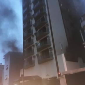 Carro pega fogo e incêndio atinge prédio em Santos