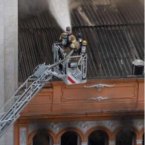 Três bombeiros morrem durante combate a incêndio em boate no Rio