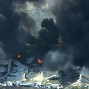 Incêndio atinge fábrica de colchões e casas em Salvador, na Bahia