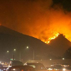 Milhares de pessoas abandonam Los Angeles por incêndio