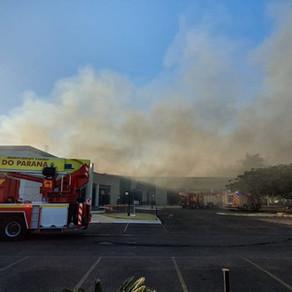 Incêndio atinge shopping atacadista em Maringá; bombeiros estimam que fogo atingiu 140 lojas