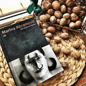 Marina Abramovič - Eiti kiaurai sienas