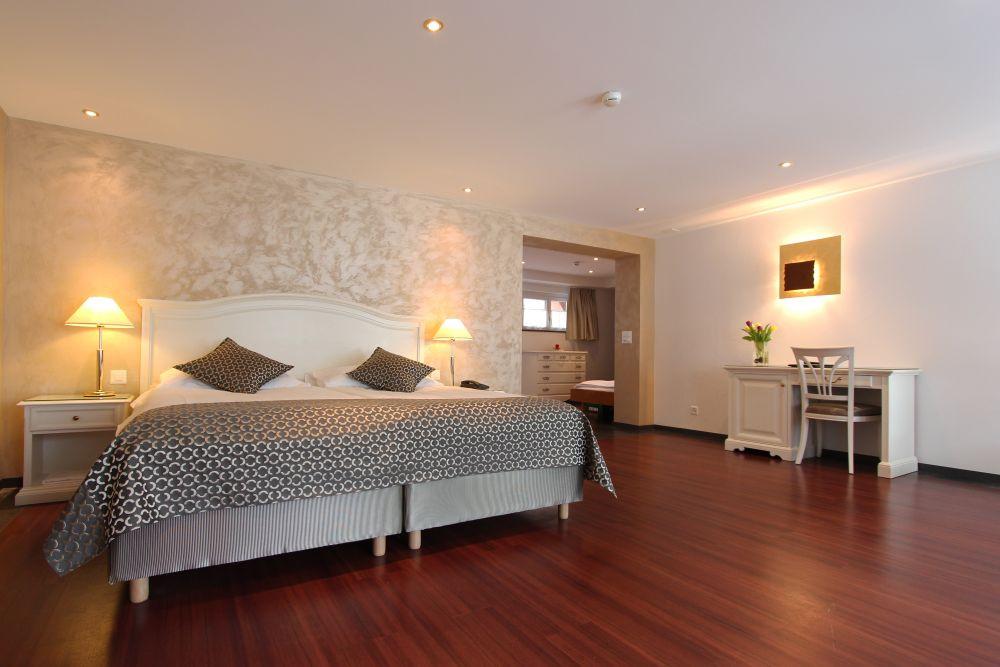 Belle floor suite bed