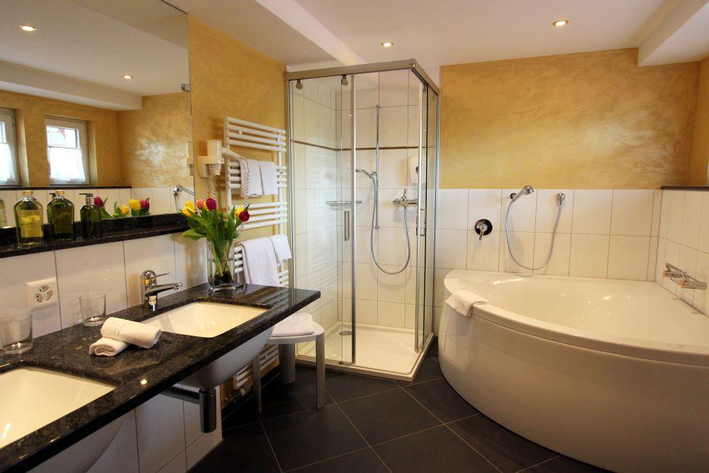 Belle floor suite bathroom