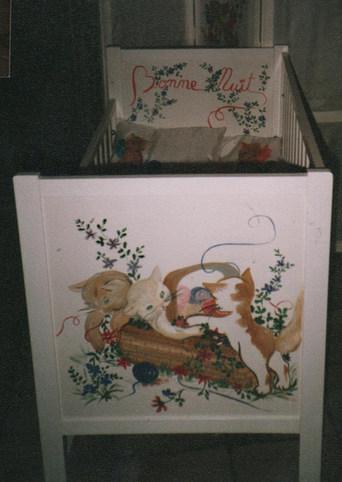 lit bébé peint
