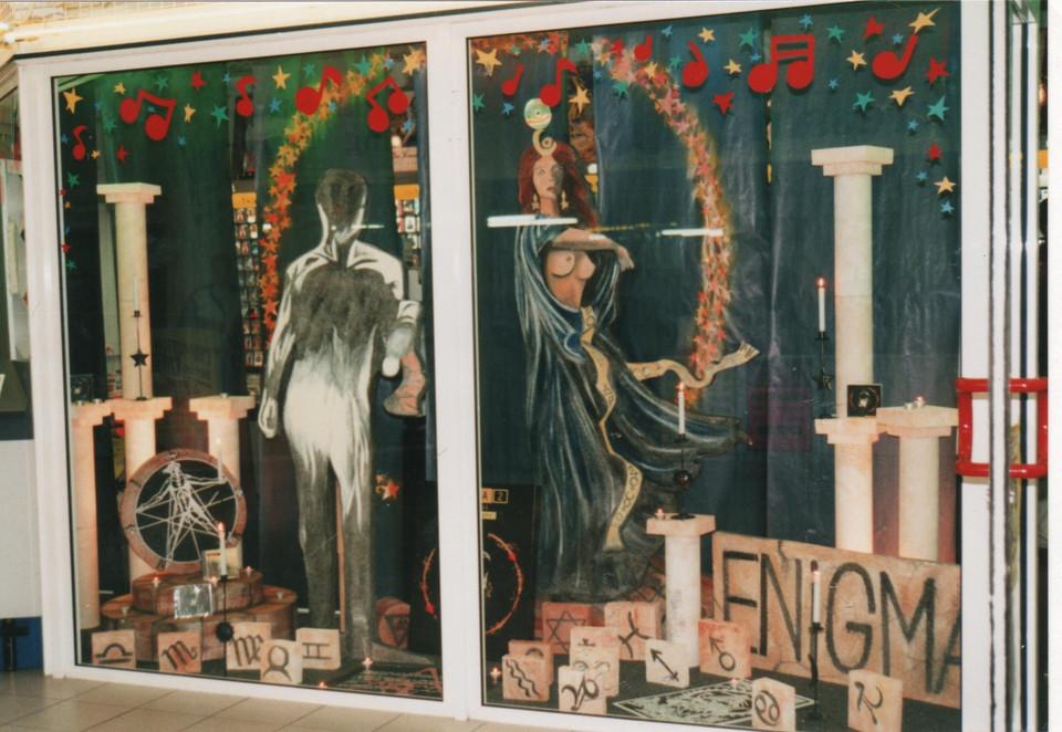 enigma création de décor de vitrine