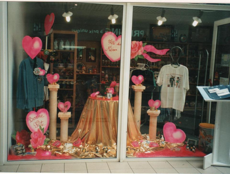 création d'un décor de vitrine pour la fête des mères