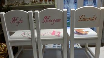 chaises enfant motifs peints à la main.jpg