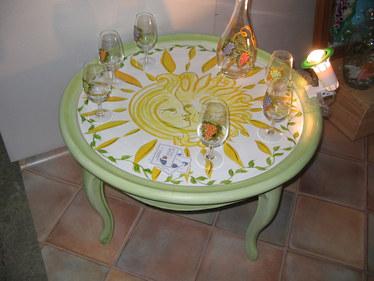 table basse décor soleil