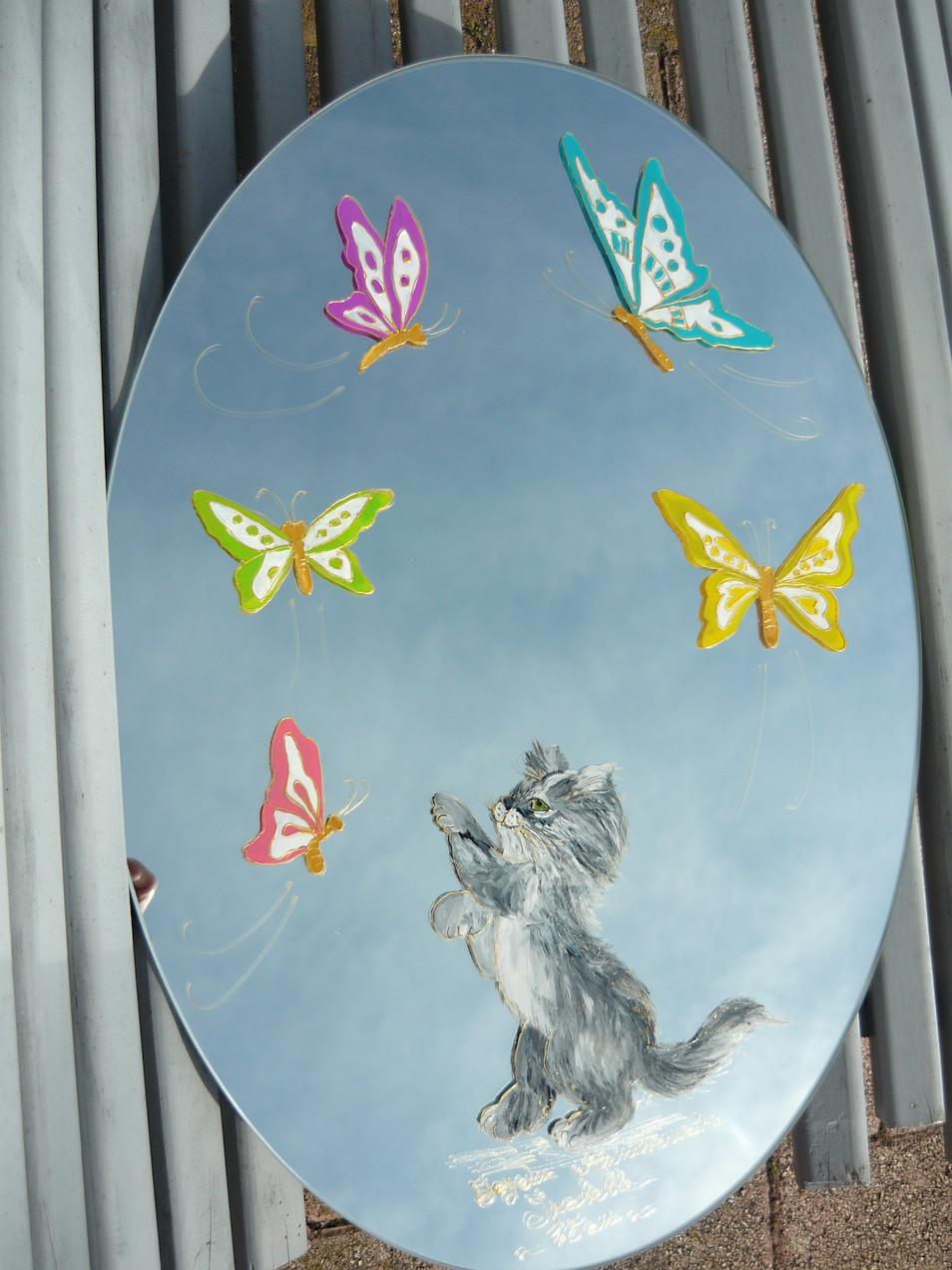 chaton et papillons sur miroir