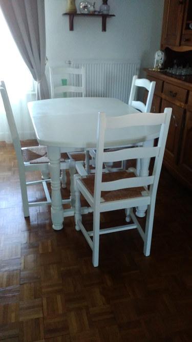 table et chaises peintes en blanc