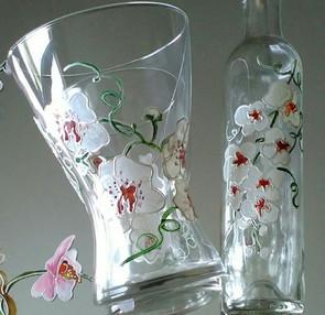 orchidées sur vase et bouteille