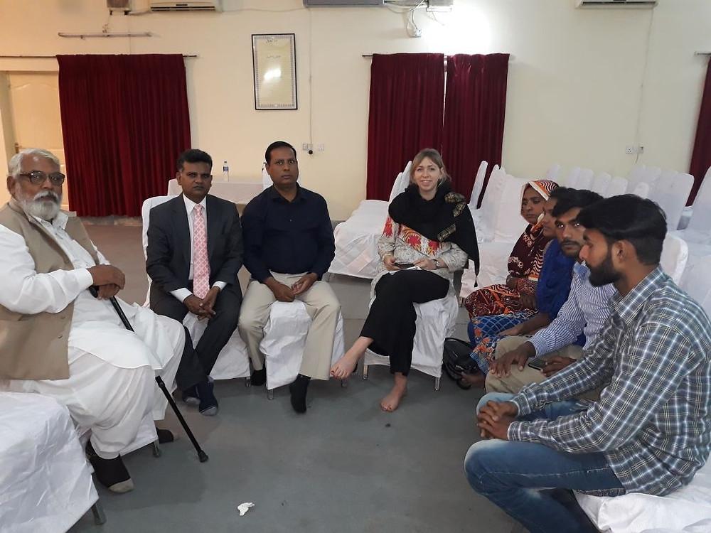 Wanneer onze collega een Pakistaanse familie bezocht, werd steeds de voorganger erbij gehaald om te vertalen.