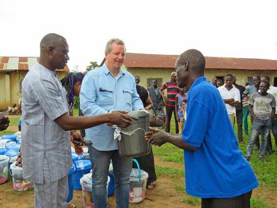 Jubilee Campaign deelt voedsel uit aan christelijke vluchtelingen die uit Noord-Nigeria zijn gevlucht om te ontkomen aan de moordpartijen van Boko Haram.