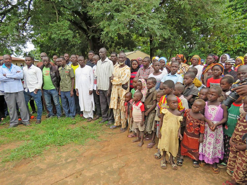 Christelijke vluchtelingen in Nigeria wachten op voedselhulp.