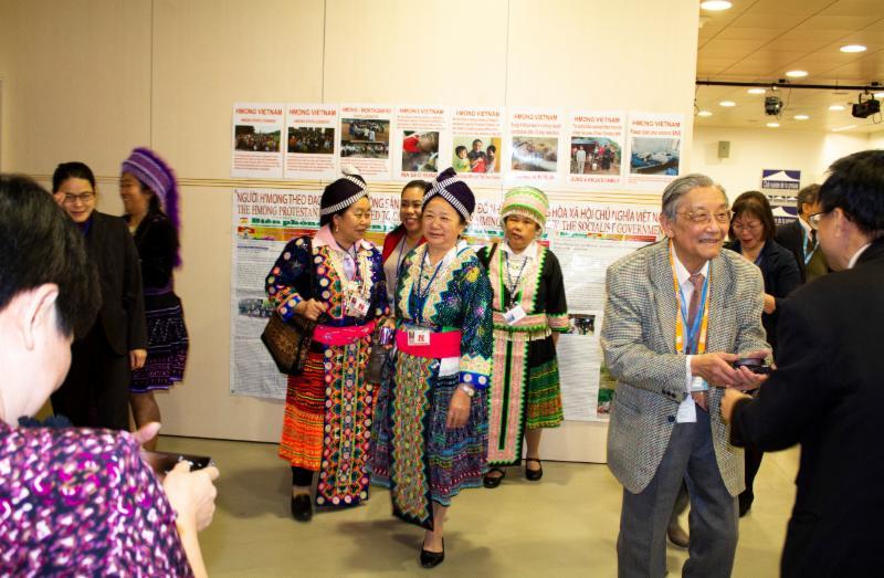 Vertegenwoordigers van de Hmong-gemeenschap hebben zich voor de persconferentie in Genève in traditionele kleding gehuld. Mbao Marie Tho is een Hmong die naar Frankrijk is gevlucht. Ze was aanwezig bij de vergadering van de Mensenrechtenraad om te vertellen over het lijden van Hmong-mensen die nog in Vietnam wonen.