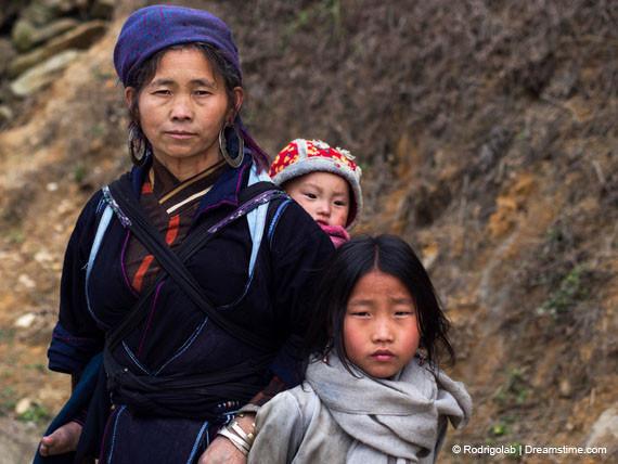 Een vrouw en haar kinderen uit de Hmong-stam, een vervolgde minderheidsgroep in Vietnam.