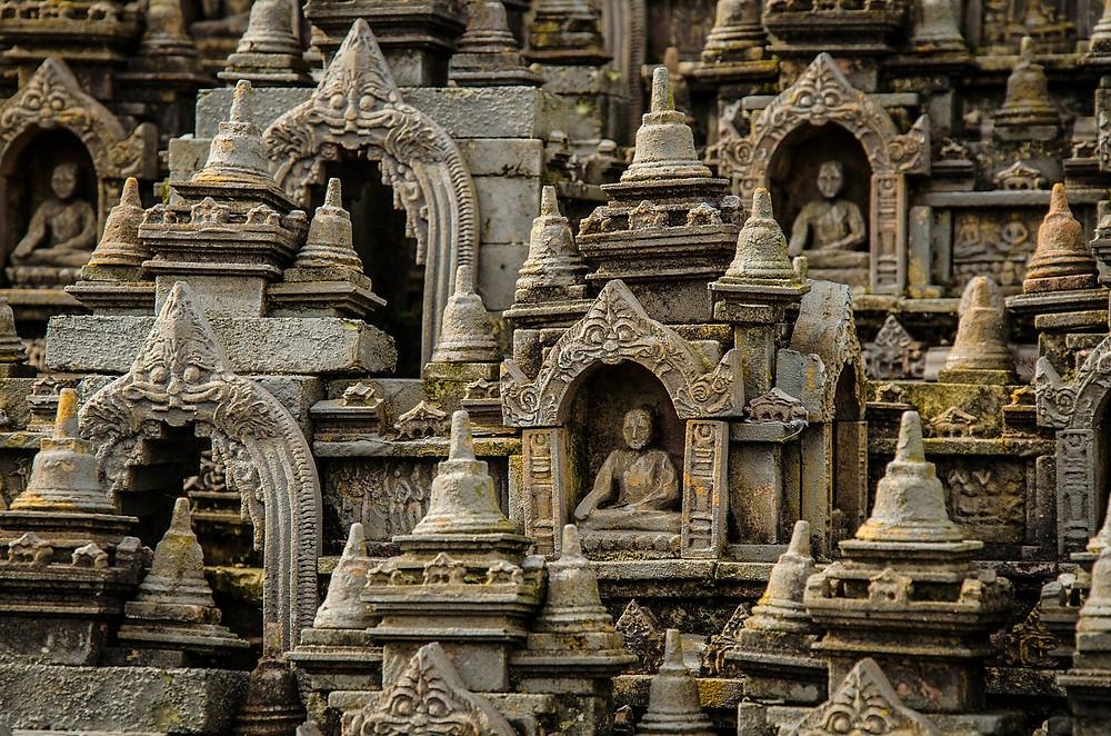 Hoewel de meerderheid van de Indonesiërs de islam aanhangt, kent het land ook grote boeddhistische en christelijke gemeenschappen.