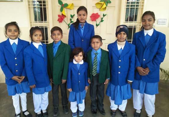 Een deel van de kinderen die door financiële steun van Jubilee Campaign naar school kunnen.