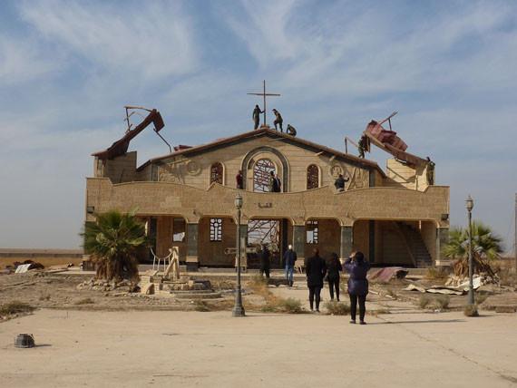 Christenen in Irak bouwen voorzichtig hun leven weer op, maar de situatie is nog verre van veilig.