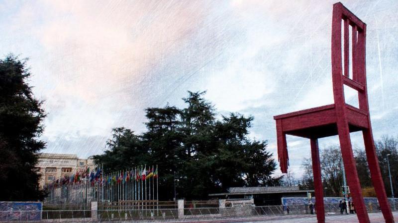 De herkenbare 'Broken Chair' voor het Palais des Nations in Geneve. De stoel is een symbool voor vrede.
