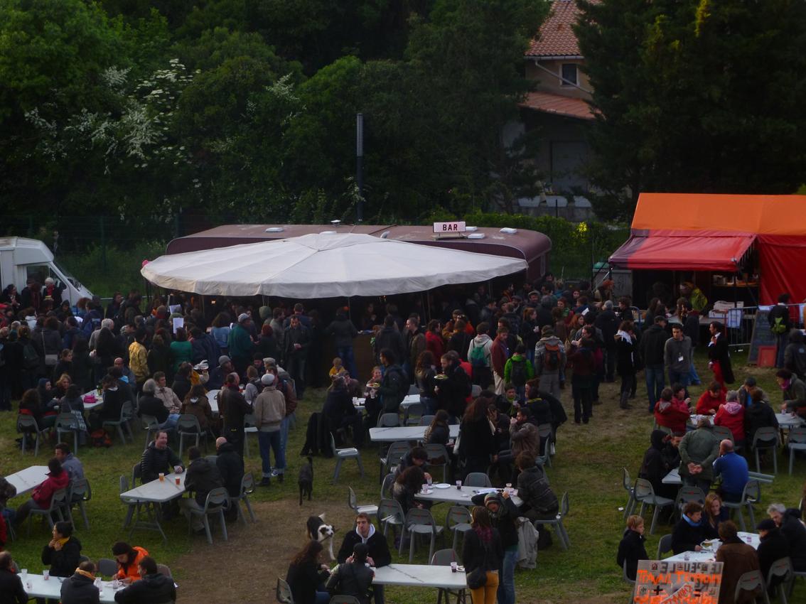 Le bistrot de Babel dans la foule du Bazar au Bazacle