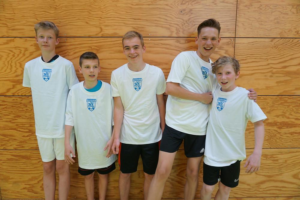Die U14 freuen sich über die neuen Shootingshirts | Basketball Schwerin