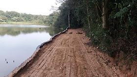 Recuperação de margem de lago degradada utilizando dormentes ecológics  capim e preenchimeno com terra