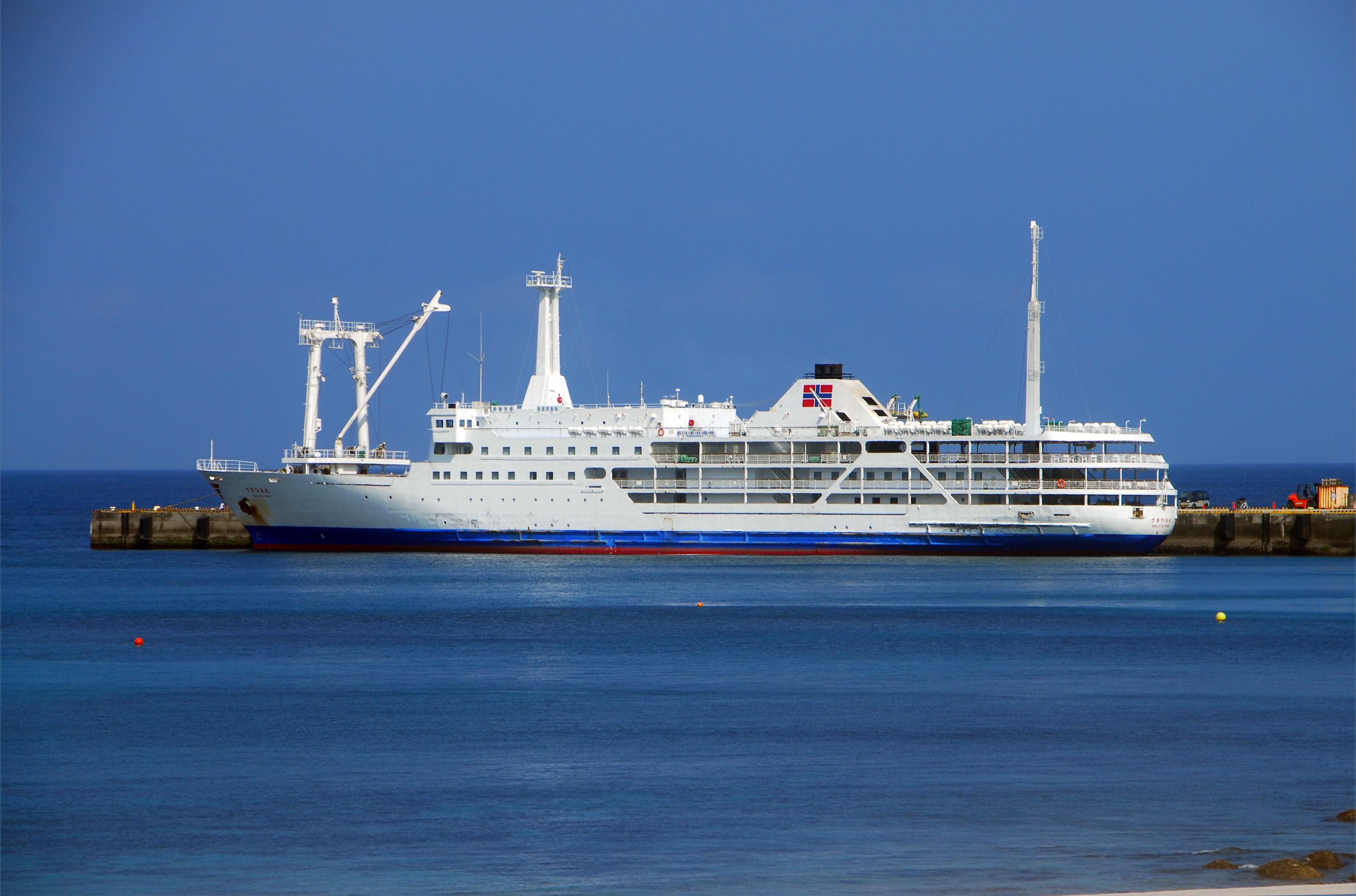 神津島 前浜港 大型船