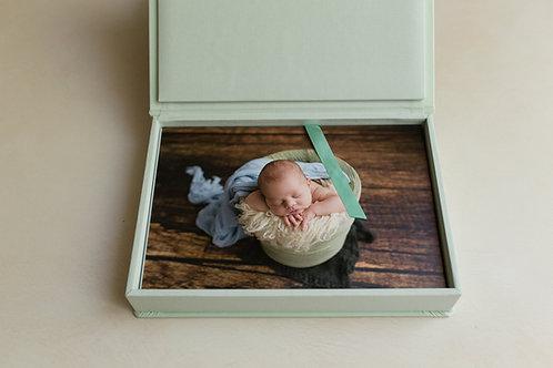 Session nouveau né avec un coffret 10 photos de 20*30cm et 10photos en HRetNB
