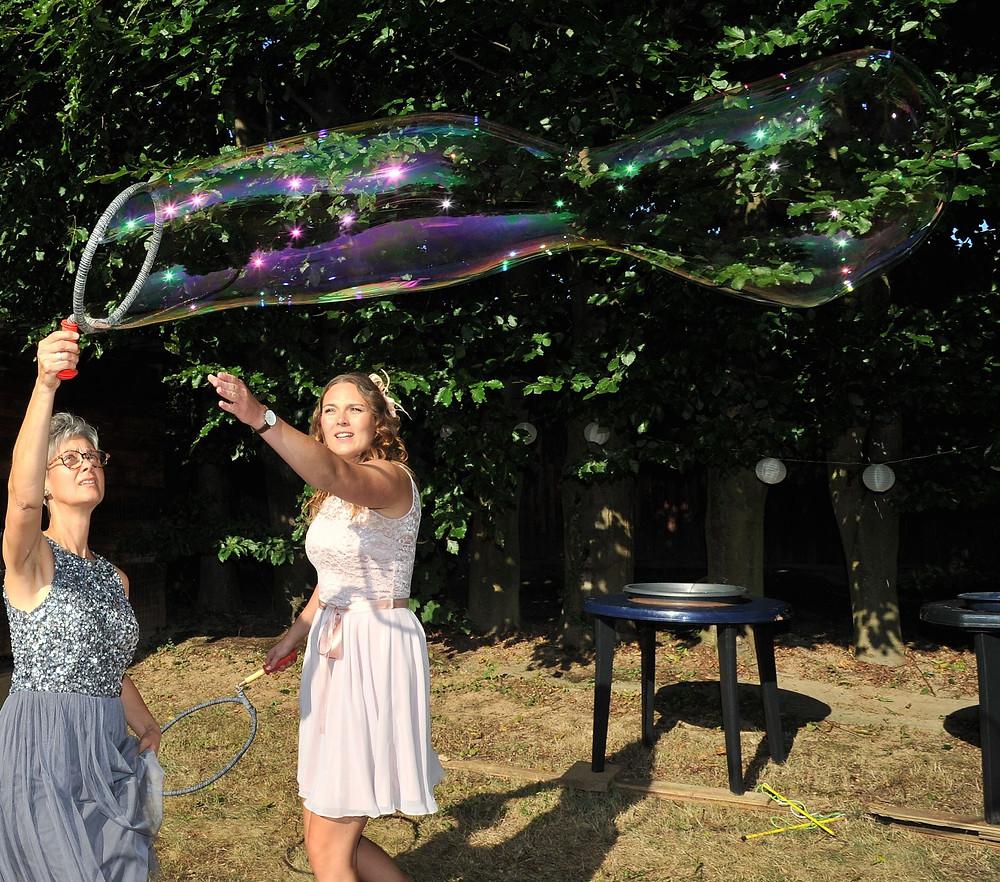 Riesenseifenblasen für die Gestaltung der Hochzeit nach der freien Trauung.