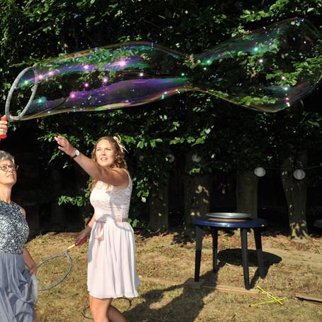 Verzaubert eure Hochzeitsgäste mit Riesen-Seifenblasen.
