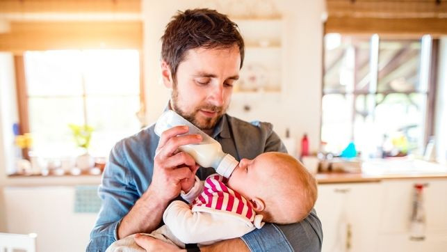 La equiparación de los permisos de paternidad, pendiente de la decisión de los tribunales