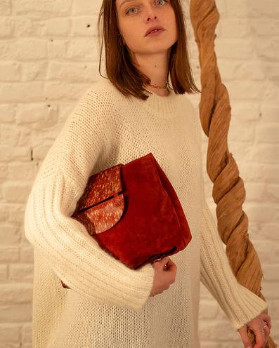 Sac à main en daim rouge avec bandoulière Makassar Bags, collection Skin Of Exception