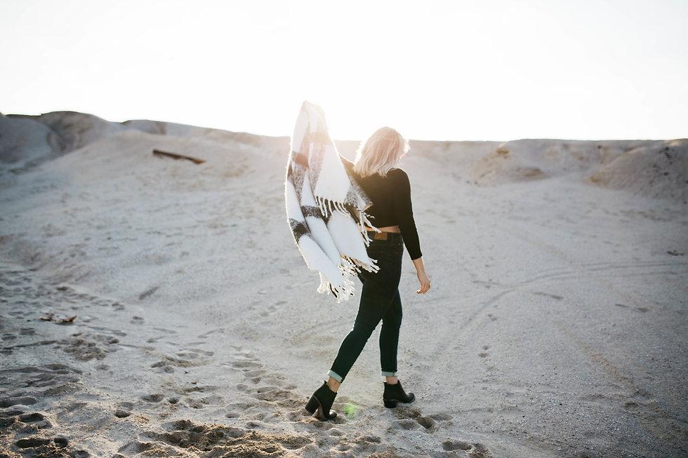 Femme sur la plage avec trendy écharpe