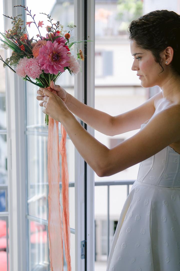 Brautstraut mit natürlich gefärbtem Seidenband