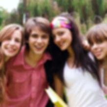 Groupe d'adolescents souriants à la caméra.