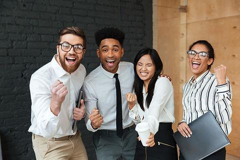 felices-colegas-negocios-jovenes-emocion