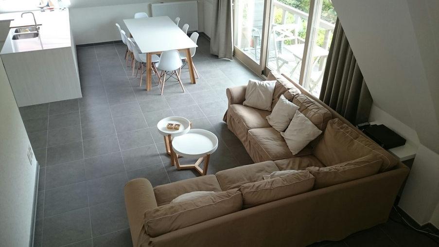 Uitzicht op de sofa, eettafel, keuken,...