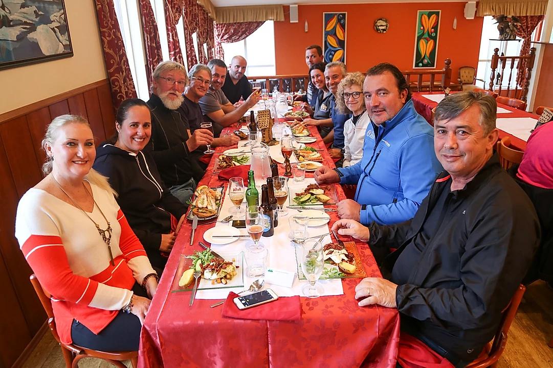 grupo reunido gastronomia viagem de moto