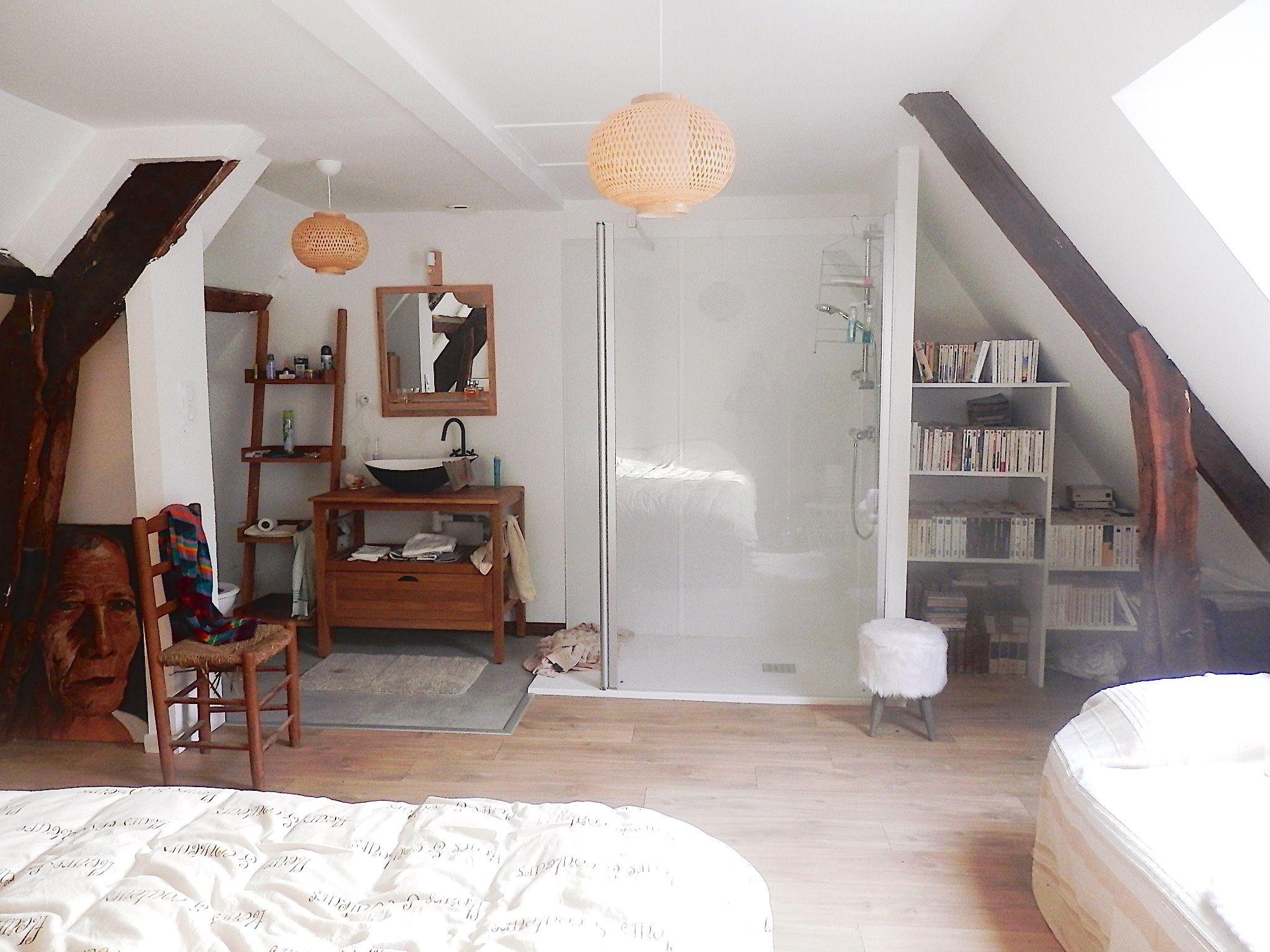 Une chambre bohème avec sa salle de bain et son dressing tout ouvert (after)