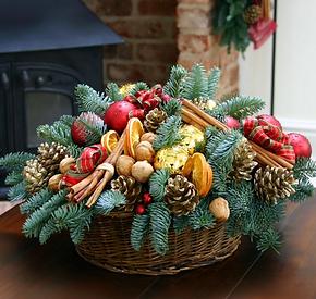 Новогодняя корзина с декором