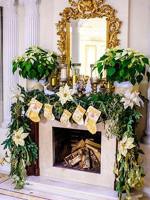 Новогодний декор камина золото