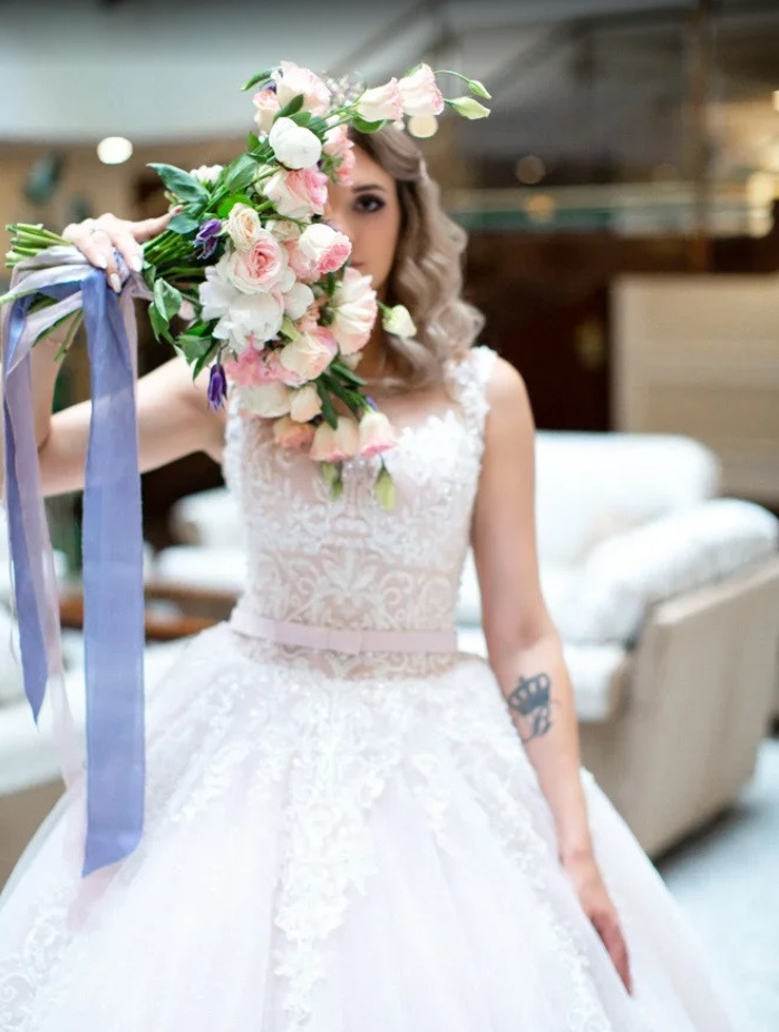 Букет невесты с шелковыми лентами